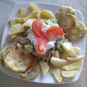 Aranjament cu salata de varza cu sos de usturoi, cartofi prajiti si dovlecei pane