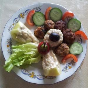 Aranjament cu salata de vinete si chiftelute de legume