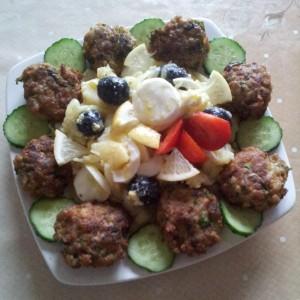 Aranjament cu salata orientala, castraveti si chiftelute de legume