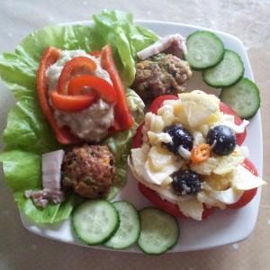 Aranjament cu salata orientala, gogosari si chiftelute