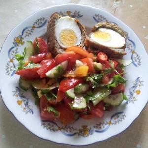Aranjament cu salata si chiftelute cu ou