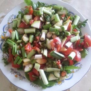 Salata cu dragavei, spanac, rosii, castraveti, dovlecei si praz