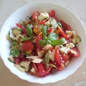 Salata cu rosii, zucchini, castraveti si busuioc