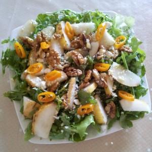 Salata cu rucolla, pere, nuci si branza cu mucegai
