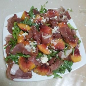 Salata cu rucolla, prosciutto si piersica