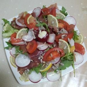 Salata cu rucolla, ridichi, prosciutto, lamaie si semninte