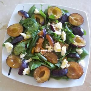 Salata cu spanac, prune si branza cu mucegai