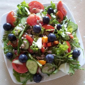 Salata verde, rucolla, rosii, casraveti, struguri si seminte