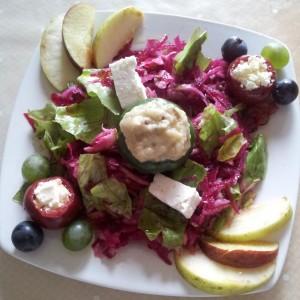 Salata verde, sfecla, mere, struguri si branza